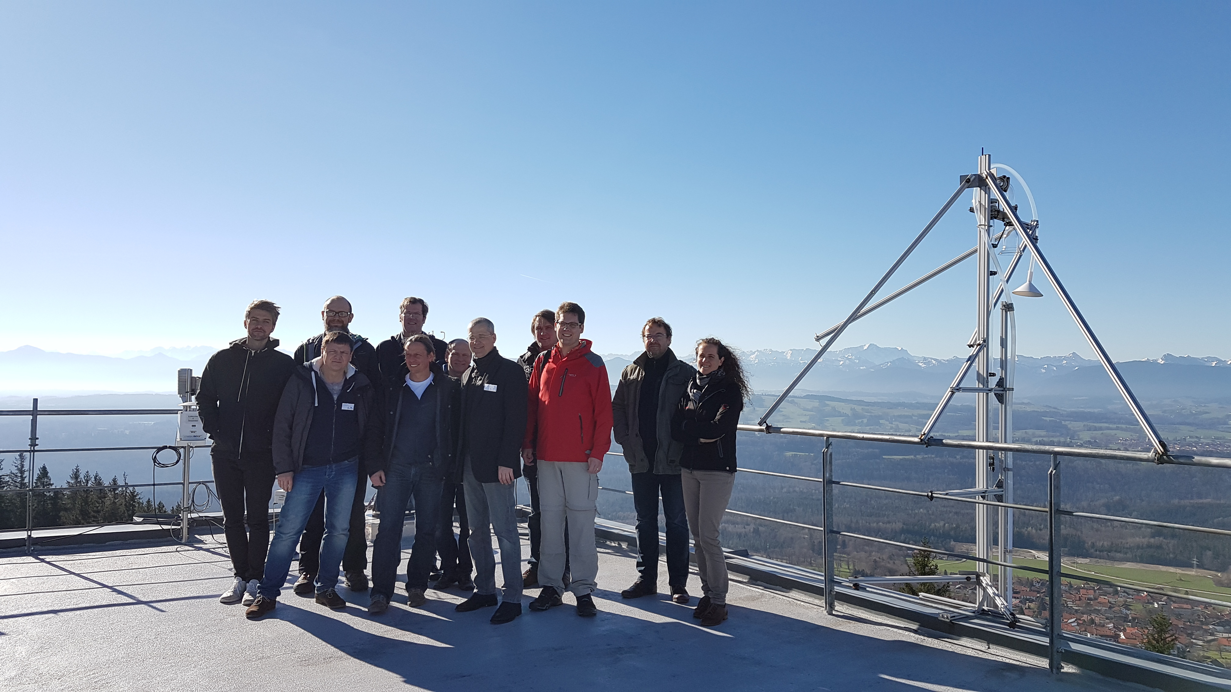 Betreuer der StratoSat-Schülerteams auf dem Dach des DWDs.