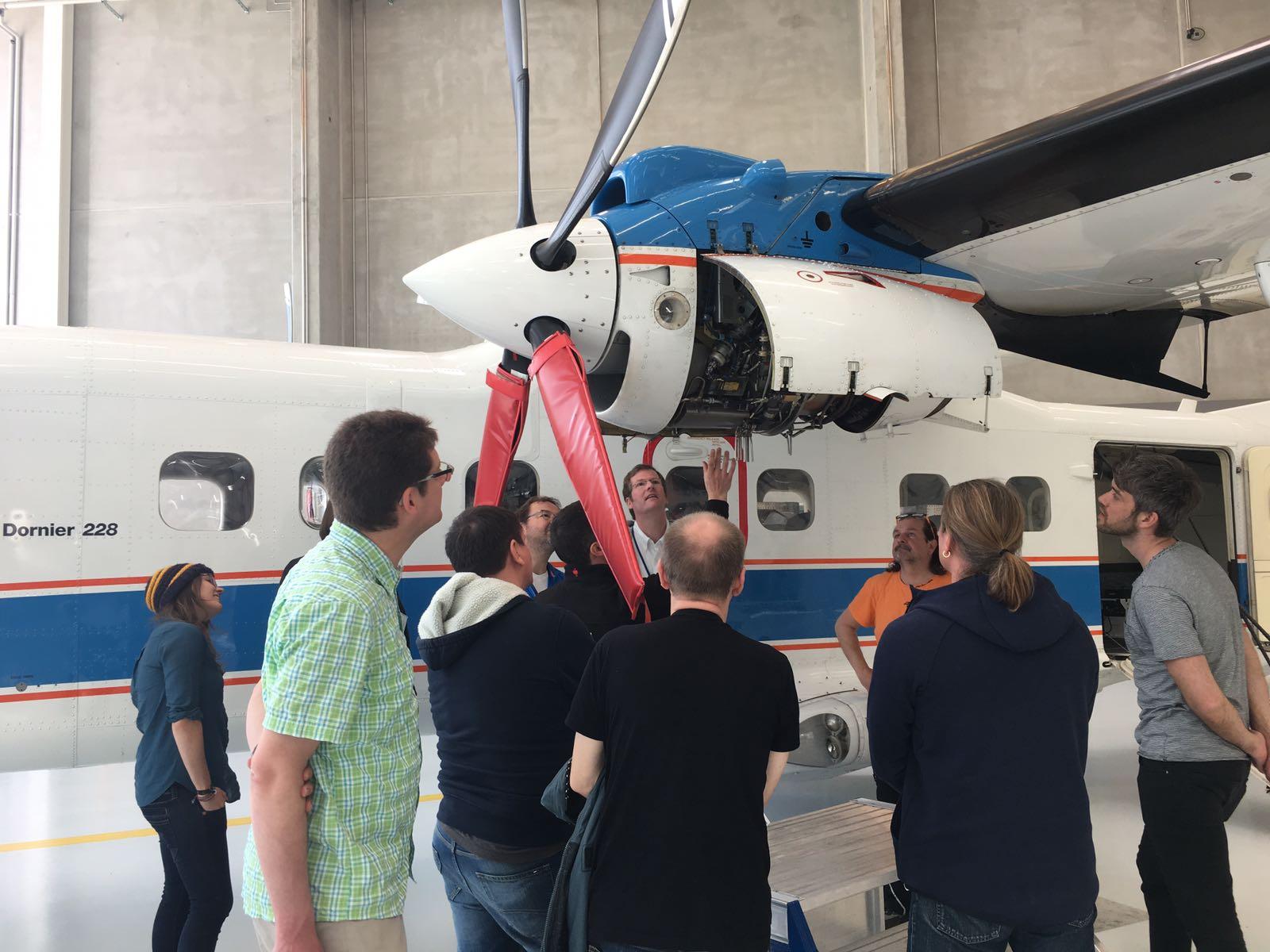 Besuch bei den Forschungsflugzeugen.