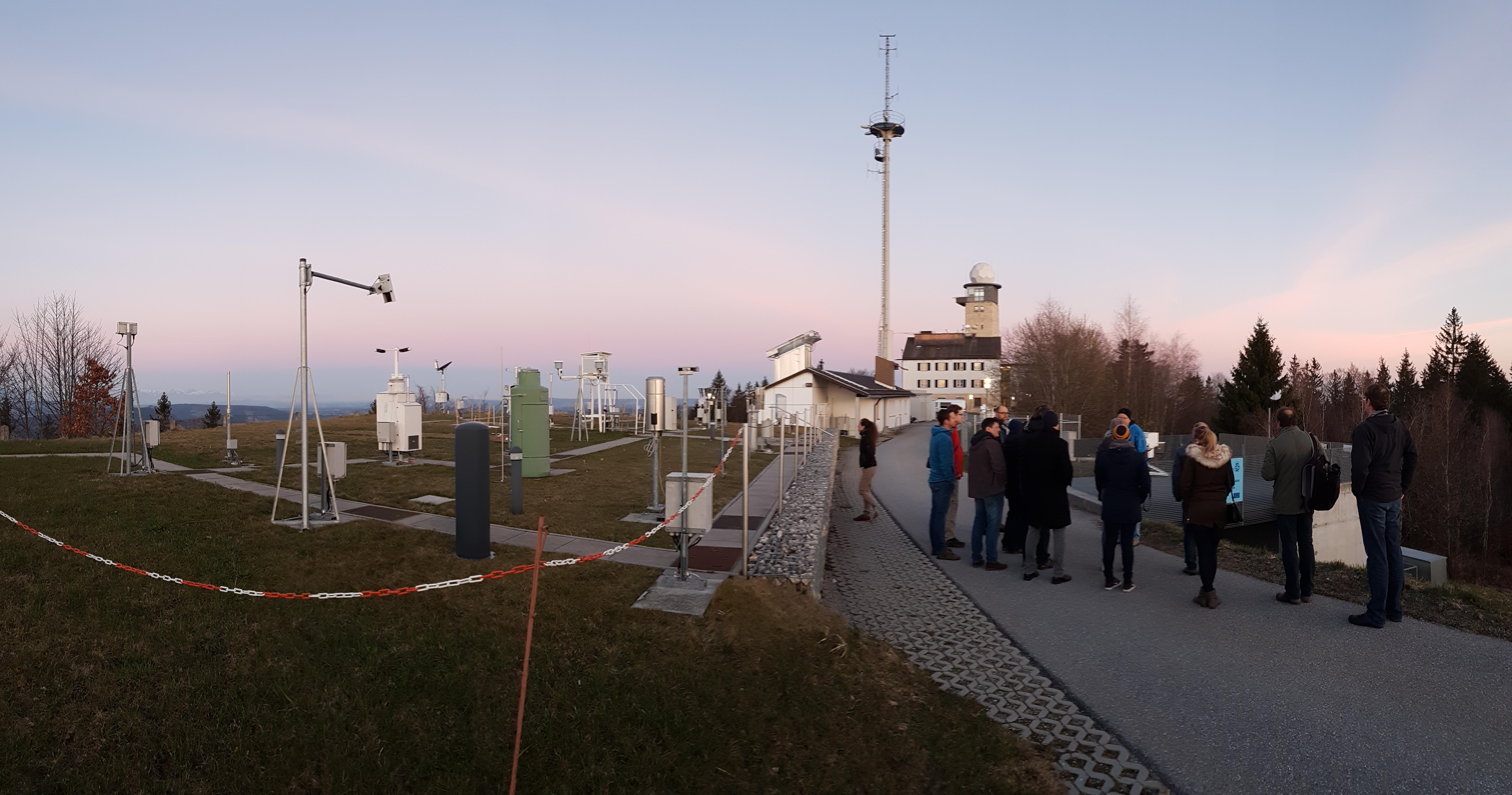 Führung auf dem Gelände des DWD auf dem Hohenpeißenberg.